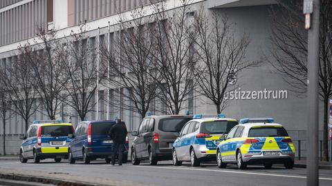 Polizeifahrzeuge heute vor dem Justizzentrum in Wiesbaden.
