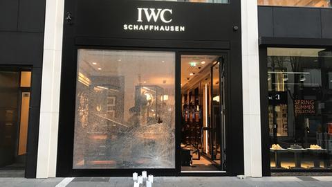 Zerstörte Fensterscheibe von Juwelier in Frankfurt