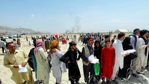 Flüchtende Menschen am Flughafen in Kabul