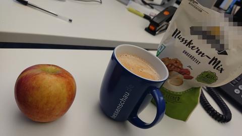 Kaffee, Apfel, Nüsse