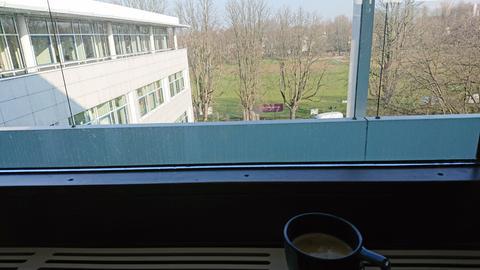 Tasse mit Kaffee vor Fenster