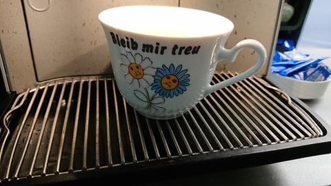 """Kaffeetasse mit Blumen und """"bleib mir treu"""""""