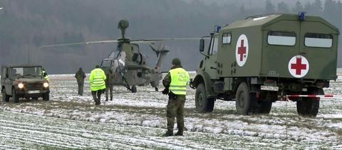 Der Bundeswehr-Kampfhubschrauber steht auf einem Feld bei Naumburg.