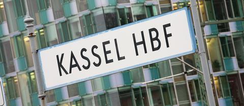 """Ein Schild mit der Aufschrift """"Kassel HBF"""" in Großaufnahme."""