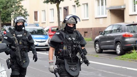 Einsatzkräfte der Polizei unterwegs zum Mehrfamilienhaus in Kassel.