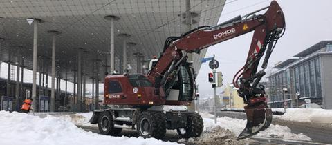 Bagger vor dem ICE Bahnhof in Kassel Wilhelmshöhe