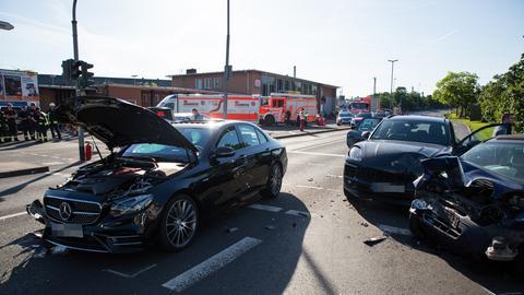 Zerstörte Autos auf der Straße