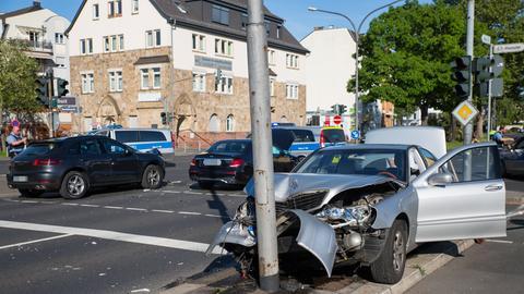Unfall mit drei Verletzten und hohem Sachschaden in Kastel