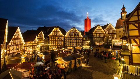 """Der Weihnachtsmarkt in Schlitz mit der """"Turm-Kerze""""."""