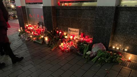 Kerzen, die vor einem der Tatorte in Hanau aufgestellt wurden.