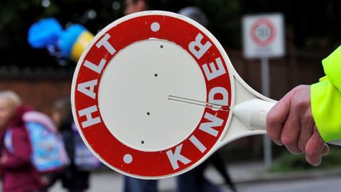 Polizeikelle mit Aufschrift: Halt! Kinder!