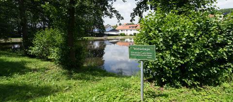 Warnschild am Löschteich in Neukirchen-Seigertshausen.