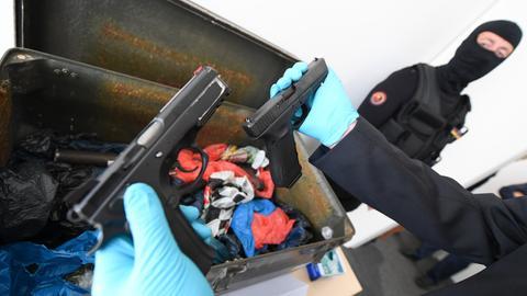 Kiste mit Waffen
