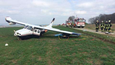 Das beschädigte Flugzeug und Einsatzkräfte der Feuerwehr