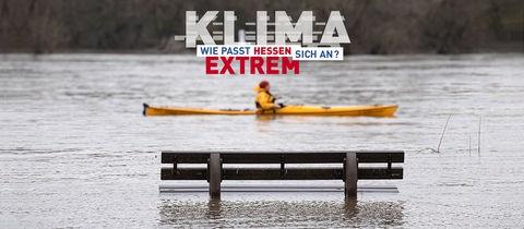 Hochwasser mit Kanufahrer vor Parkbank im Wasser mit Logo