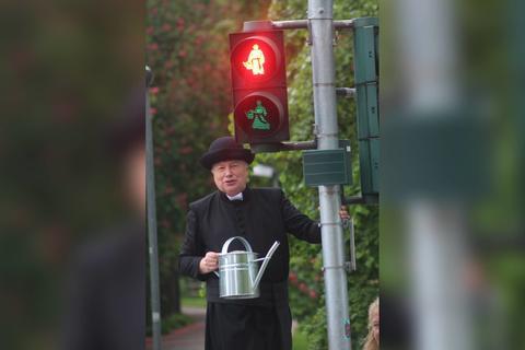 Mann als Pfarrer verkleidet vor Ampel