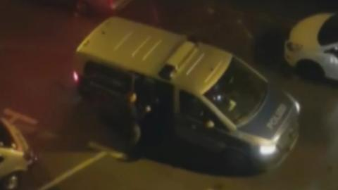 Das private Video zeigt, wie ein Polizeiwagen nach einem Kneipenabend Kollegen abholt.