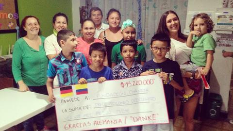 """In ihrer letzten Woche in Kolumbien hat Lara Gruber (2. v. re.) einen Spendenscheck an die """"Fundacion Chanitá"""" übergeben."""