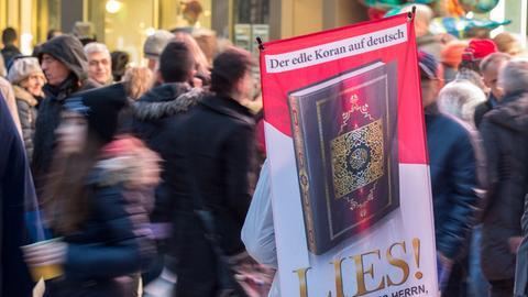 Koran-Verteilaktion auf der Zeil.