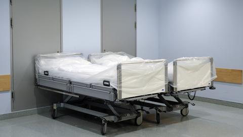 Leere Krankenbetten