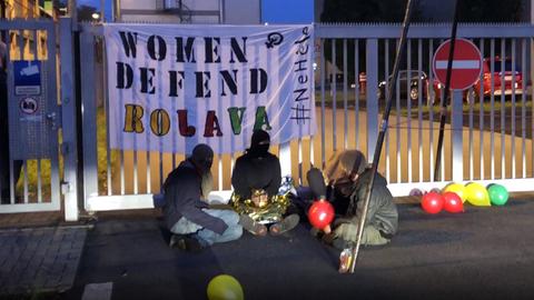 Aktivisten vor der Werkszufahrt von Krauss-Maffei Wegmann