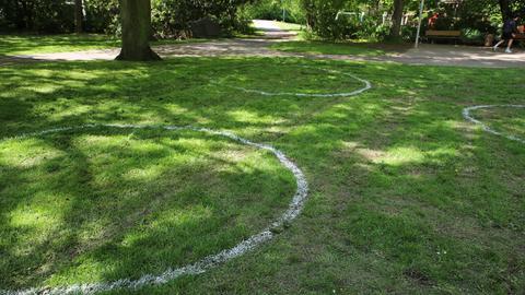 Kreise in Marburger Parks sollen an Abstandsregeln erinnern