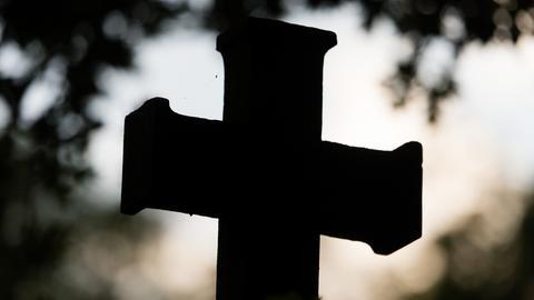 Ein Steinkreuz auf einem Friedhof