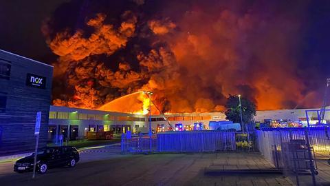 Großbrand in einem Möbellager in Groß-Gerau