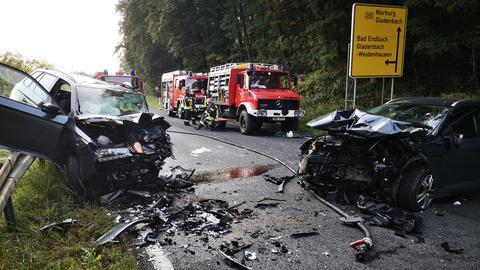 Zwei zerstörte Autos stehen nach einem Frontalzusammenstoß auf der B255 bei Gladenbach (Lahn-Dill).