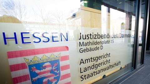 """Ein Schild mit der Aufschrift """"Justizbehörden Darmstadt - Amtsgericht, Landgericht, Staatsanwaltschaft"""""""