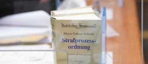 Eine Ausgabe der Strafprozessordnung steht im Gerichtssaal des Frankfurter Landgerichts