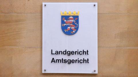 """Türschild mit dem hessischen Wappen und den Begriffen """"Landgericht"""" und darunter """"Amtsgericht""""."""