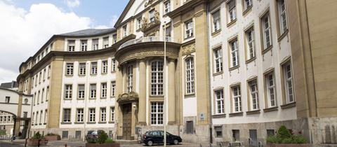 Fassade des Land- und Amtsgerichtes in Frankfurt von der Straße aus fotografiert.