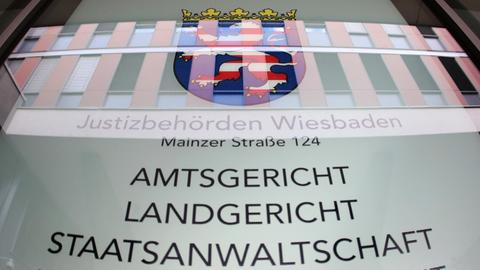Infotafel am Justizzentrum Wiesbaden