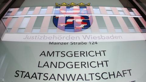 Infotafel am Justizzentrum Wiesbaden.