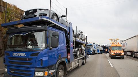 Lastwagen stehen auf der A3 nahe dem Frankfurter Flughafen