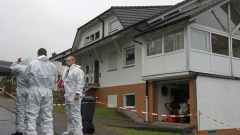 Experten der Spurensicherung untersuchen am Mittwoch das Haus in Laubach-Gonterskirchen.