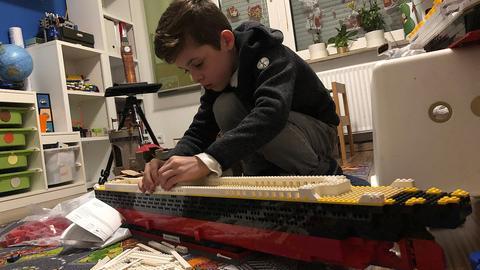 Junge baut Riesen-Titanic aus Legosteinen