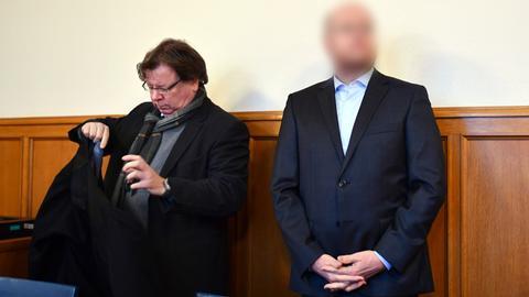 Der angeklagte Lehrer (rechts) und sein Verteidiger im Verhandlungssaal des Amtsgerichts in Bensheim.