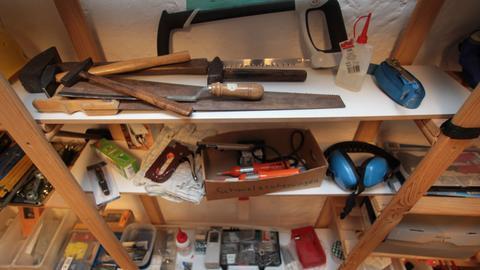 Werkzeug liegt in einem Regal