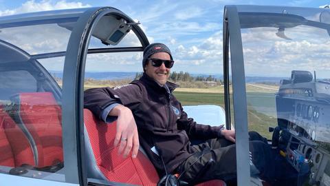 Lukas Schmidt-Nentwig, der neue Leiter der Flugschule auf der Wasserkuppe, sitzt in einem Cockpit.