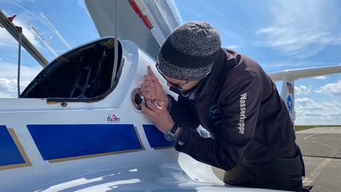 Bei Reparatur-Bedarf greift Flugschulleiter Lukas Schmidt-Nentwig selbst zum Werkzeug.