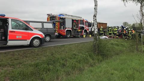 Rettungskräfte an der Unfallstelle in Lich.