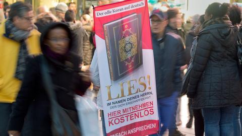 Werbeplakat für Lies-Aktion in einer Fußgängerzone