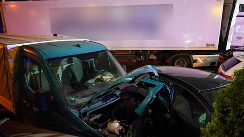 Limburg: Lkw fährt auf Fahrzeuge auf