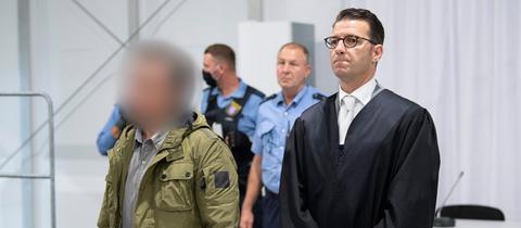 """Der Angeklagte (l) im sogenannten """"Axtmörder""""-Prozess steht neben seinem Verteidiger Wolfgang Stahl bei der Anklagebank."""