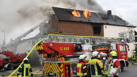 Im Limburger Zentrum brennt ein Wohnhaus aus bislang ungeklärter Ursache ab.