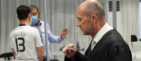 Der Angeklagte (links mit Ballack-Trikot) und sein Verteidiger Berward Kullmann.