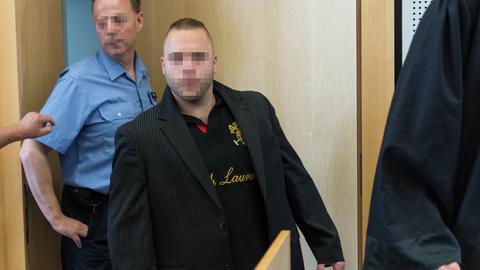 Der Angeklagte wird in den Verhandlungssaal des Landgerichts in Limburg an der Lahn geführt.