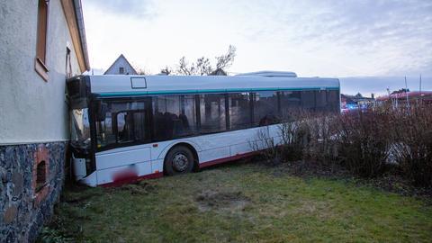 Linienbus kracht in Hauswand